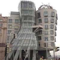 奇妙な形のビル